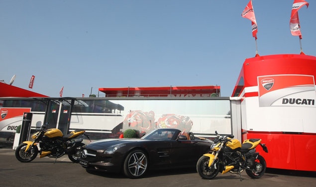 Mercedes SLS AMG Roadster - Ducati Streetfighter 848