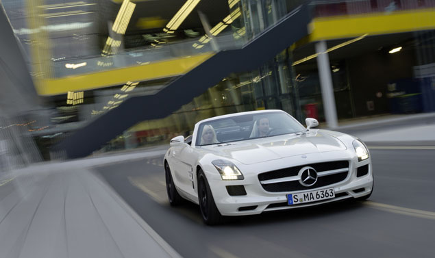 Mercedes SLS AMG Roadster - Frontale su strada White