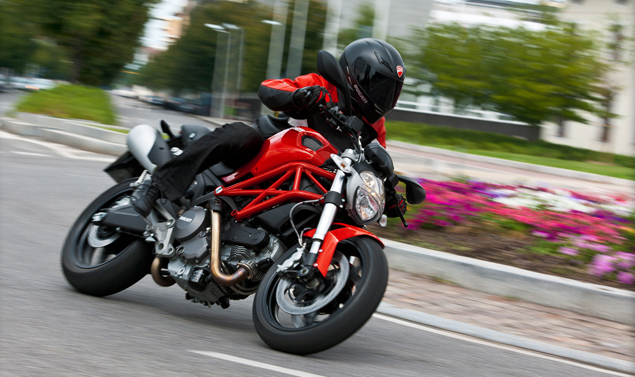 Ducati Monster 795 - In piega - Frontale