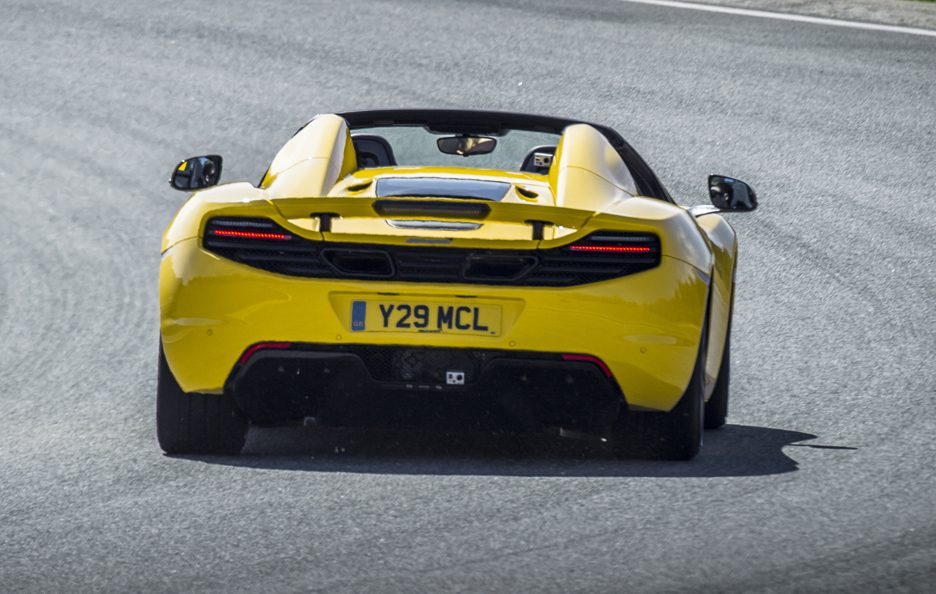 McLaren MP4-12C Spider - Gialla - Posteriore in motion