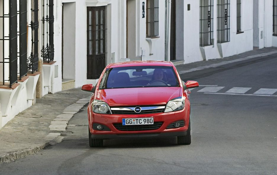 32 - Opel Astra H GTC frontale