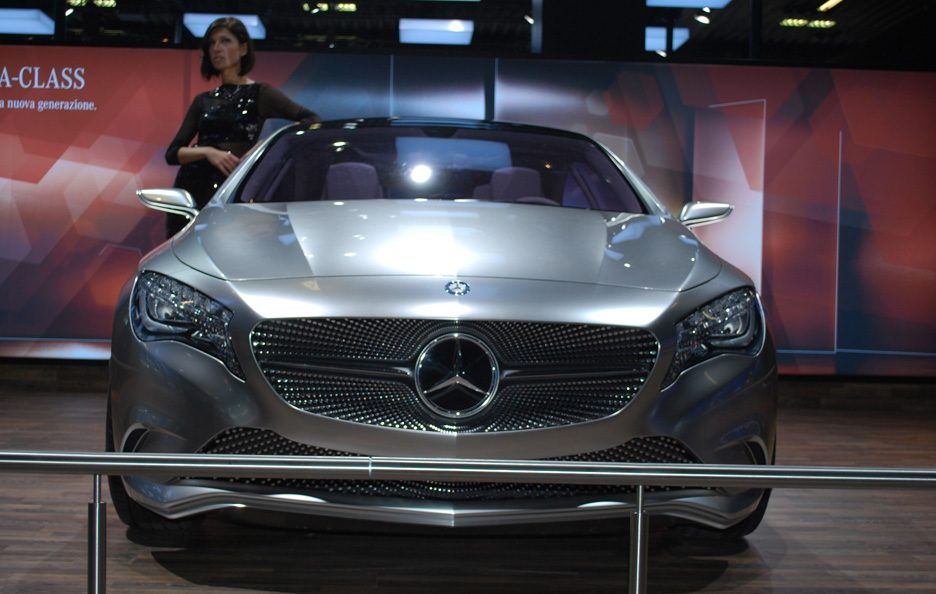 55 - Motor Show 2011 - Mercedes classe A Concept frontale ragazze