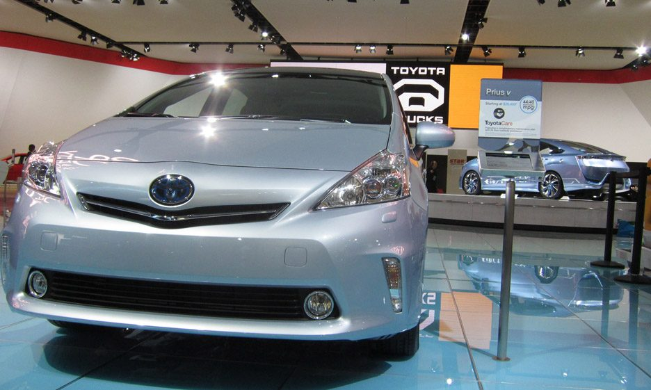 38 - Toyota Prius v frontale