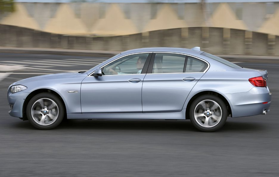 BMW ActiveHybrid 5 - Fiancata in motion