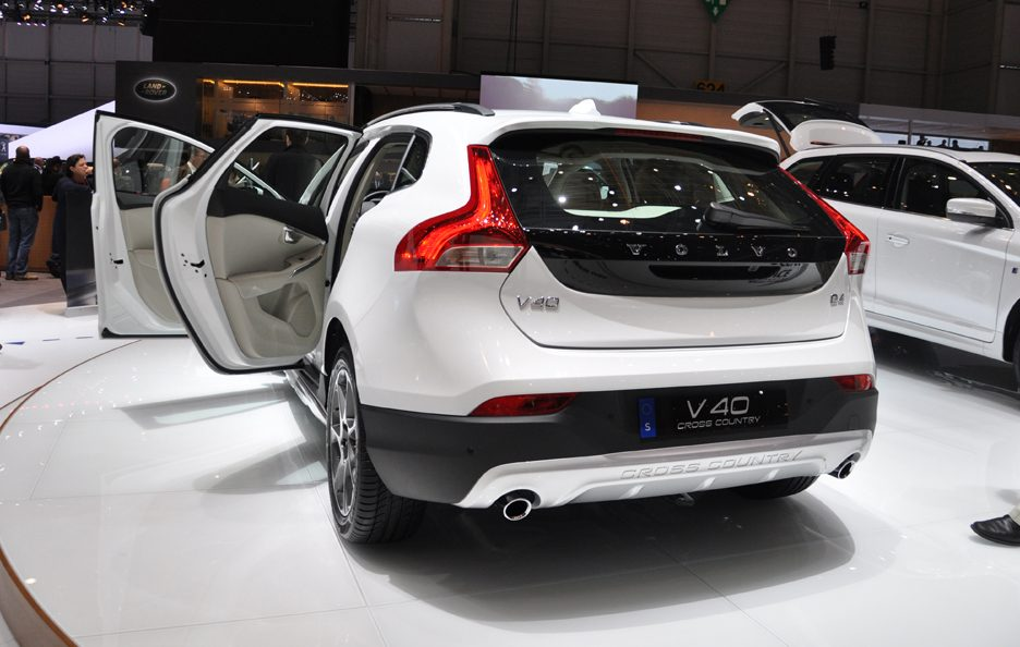 Volvo V40 Cross Country Ocean Race Edition tre quarti posteriore 2 - Ginevra 2014