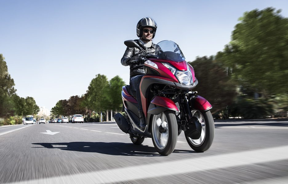 yamaha-tricity-my-2015-action-2