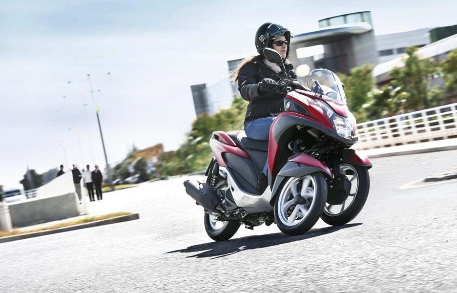 yamaha-tricity-my-2015-action-3