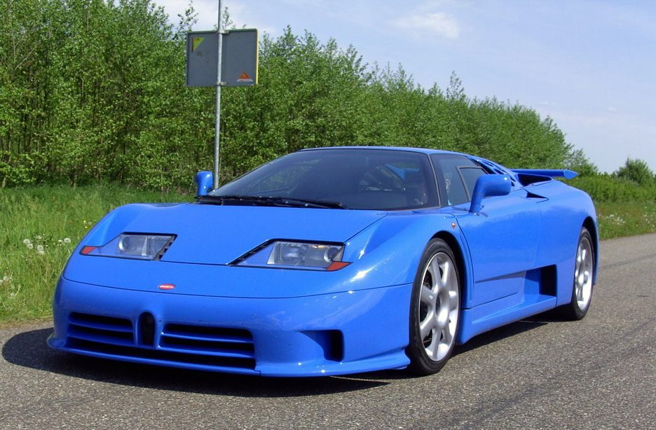 Bugatti EB 100 blu tra quarti anteriore in movimento