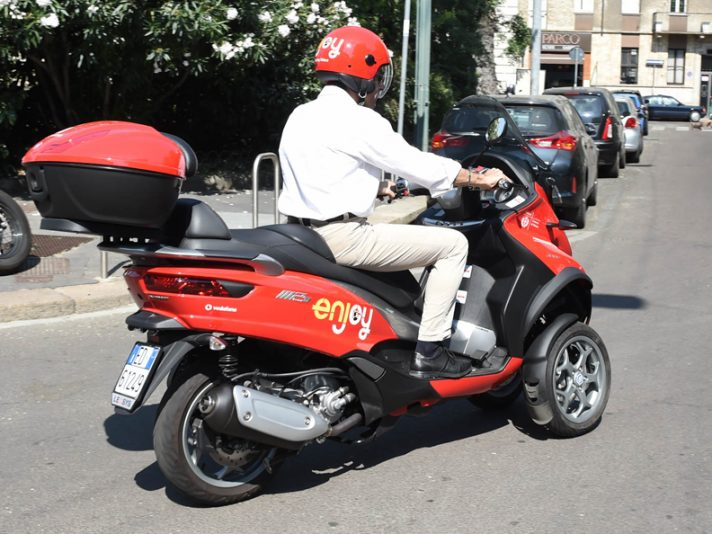 Scooter sharing a Milano: Enjoy punta sul Piaggio MP3