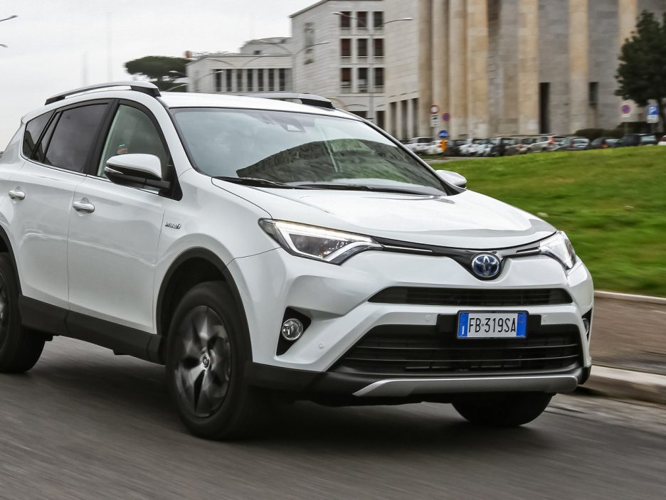 nuova toyota rav4 hybrid primo contatto panoramauto. Black Bedroom Furniture Sets. Home Design Ideas