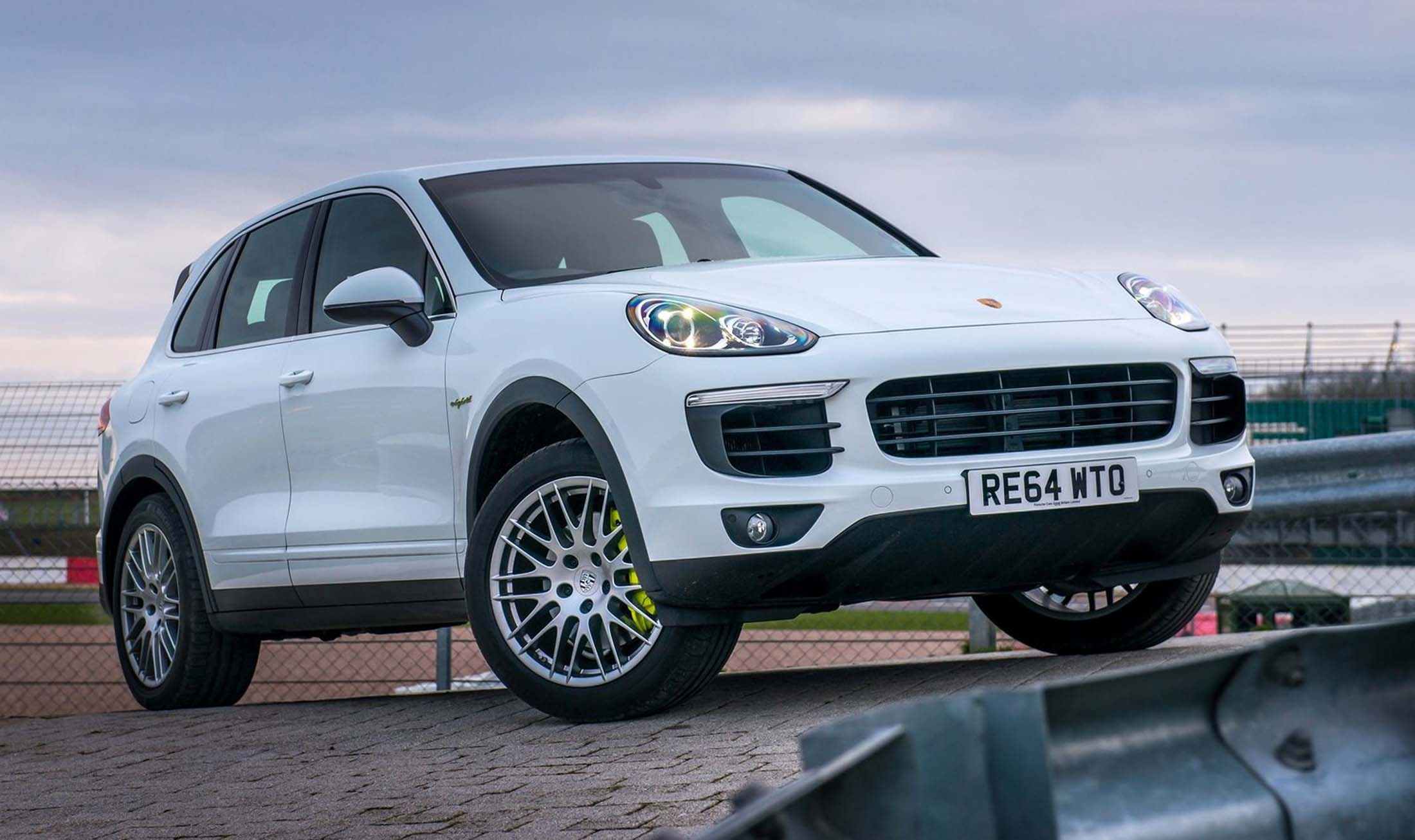 porsche cayenne s e hybrid 2014 pregi e difetti della. Black Bedroom Furniture Sets. Home Design Ideas