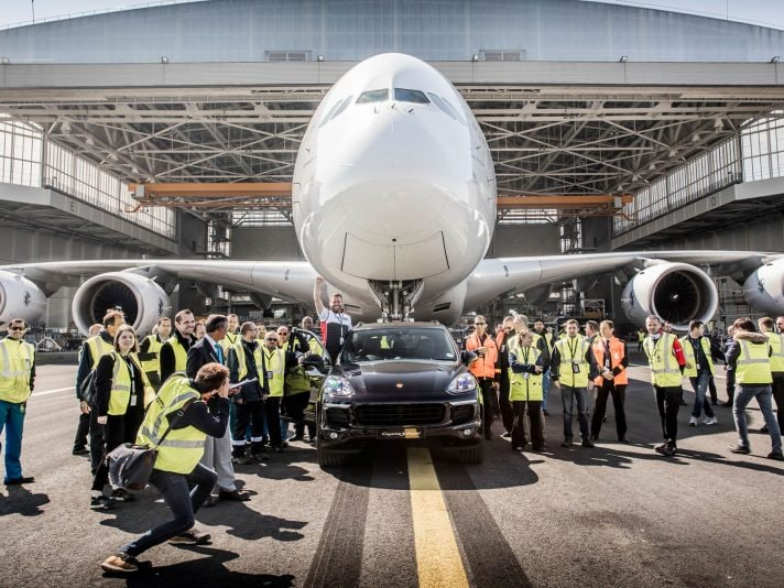 Guinnes World Records: la Porsche Cayenen traina un Airbus A380