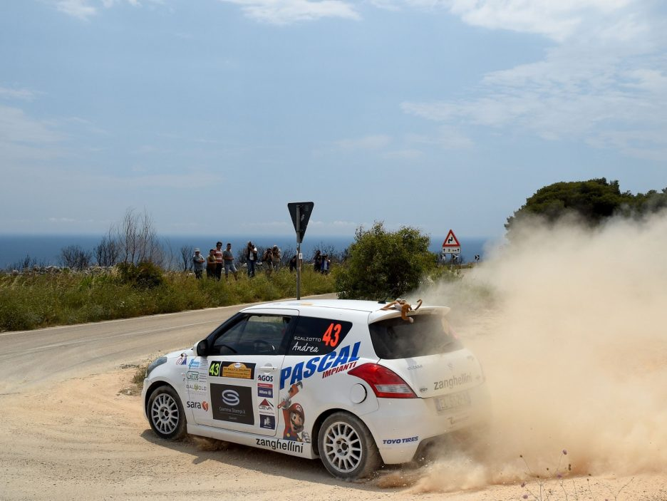 Andrea Scalzotto Suzuki Swift tre quarti posteriore Rally Salento 2017
